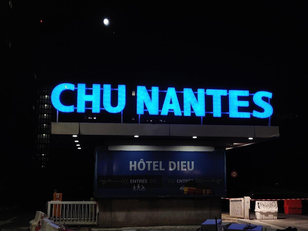 Enseigne rétro-éclairée en lettres boitier - CHU de Nantes